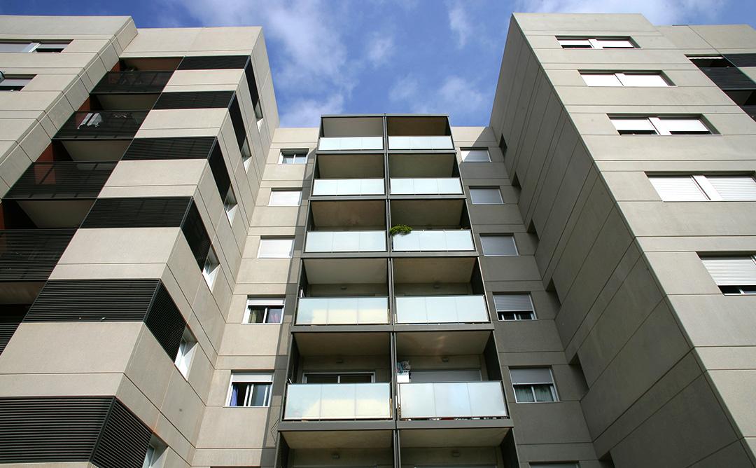 Imatge contrapicada d'un edifici.