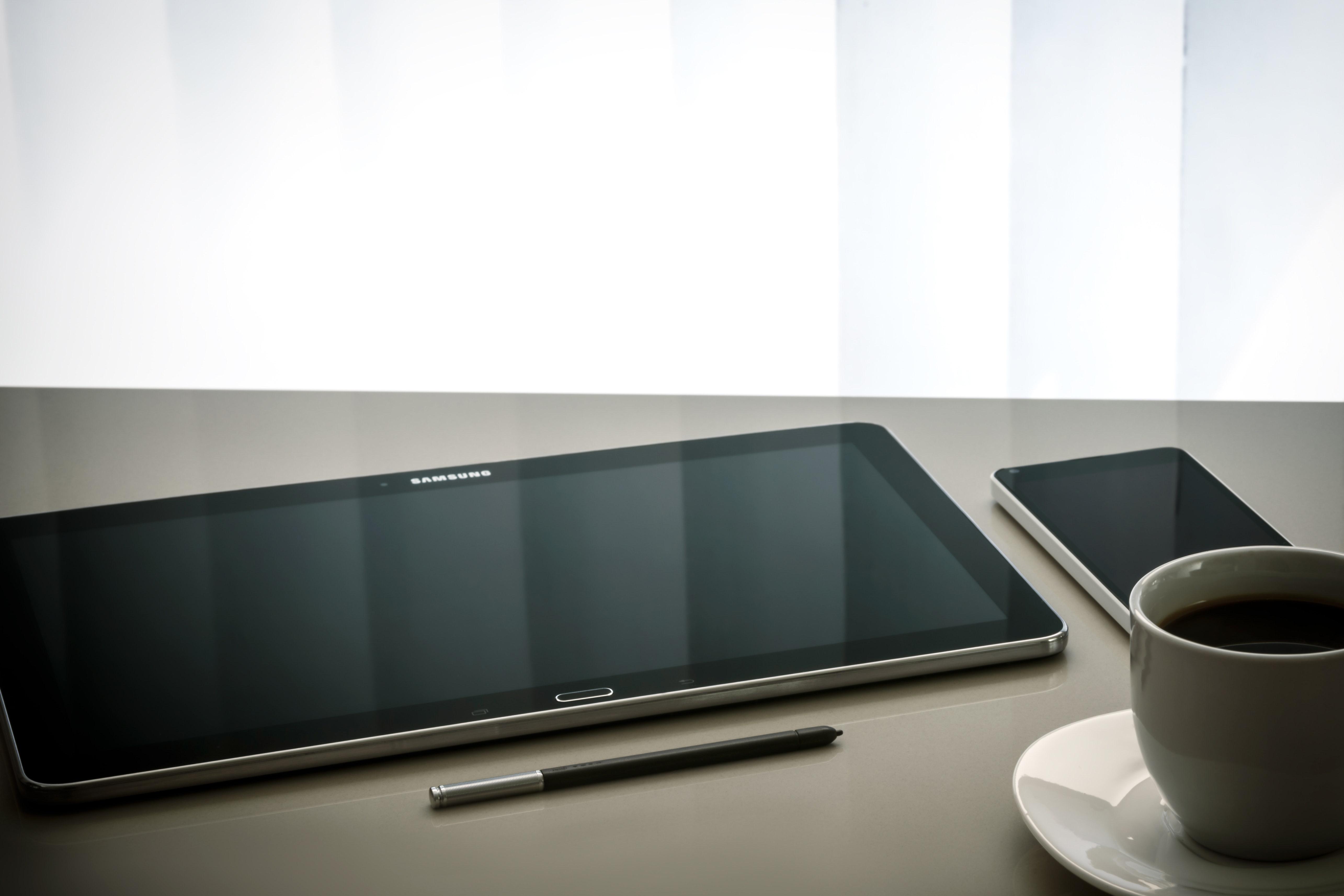 tauleta i mobil a sobre de taula