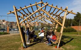 Una imatge de la construcció feta amb bambú a l'institut Josep Lluís Sert
