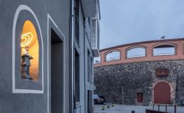 Imatge d'una capelleta il·luminada de la ciutat d'Olot