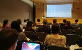 Imatge de la sala d'actes Rafael Masó amb gent