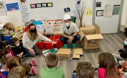 Un grup d'alumnes participa al taller 'Construint a les escoles'