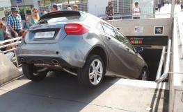Mercedes accidentat a boca de metro