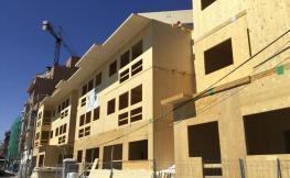 Edifici de fusta en procès de construcció