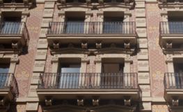 2 terrasses d'un edifici antic.