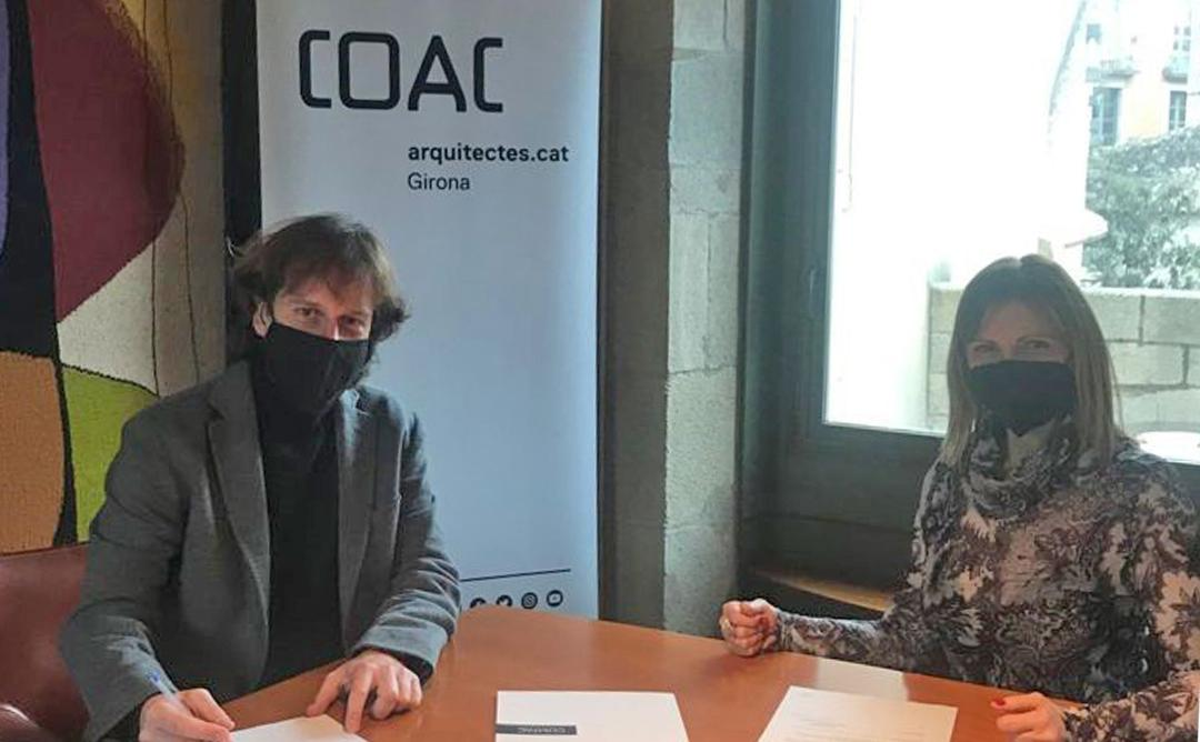 El president de la Demarcació de Girona i la Key Account Manager de Compac a la sala de Juntes de la Demarcació de Girona del COAC