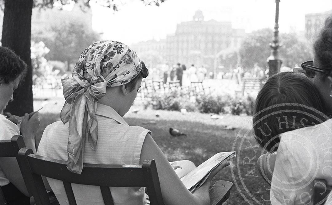 dones llegint llibres