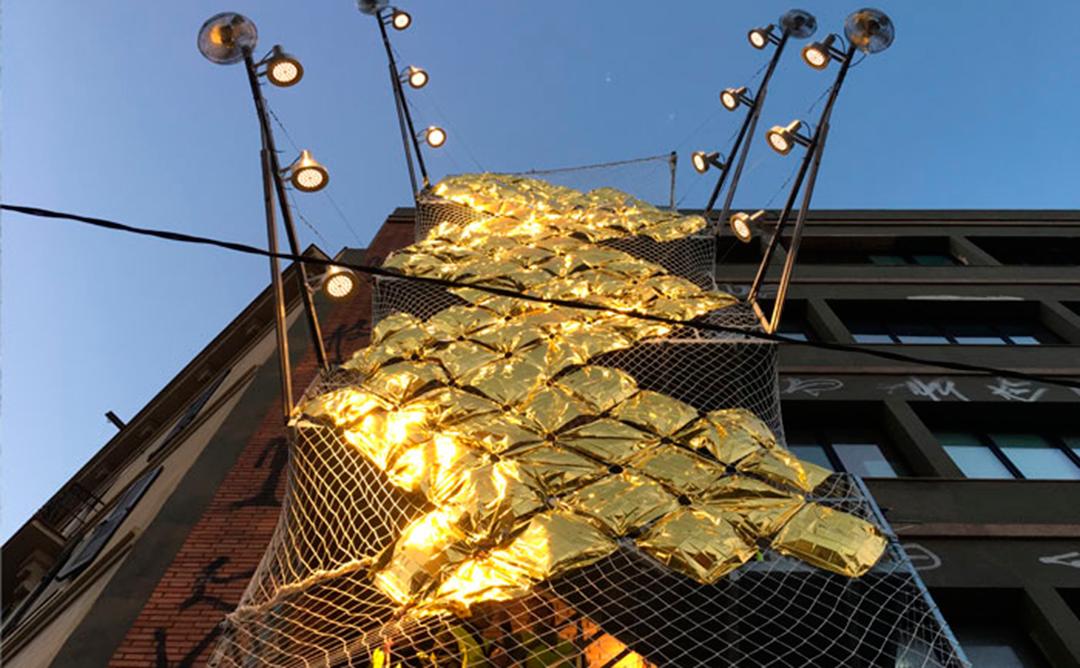 Instalación de luces y sombras en el festival Llum BCN 2020