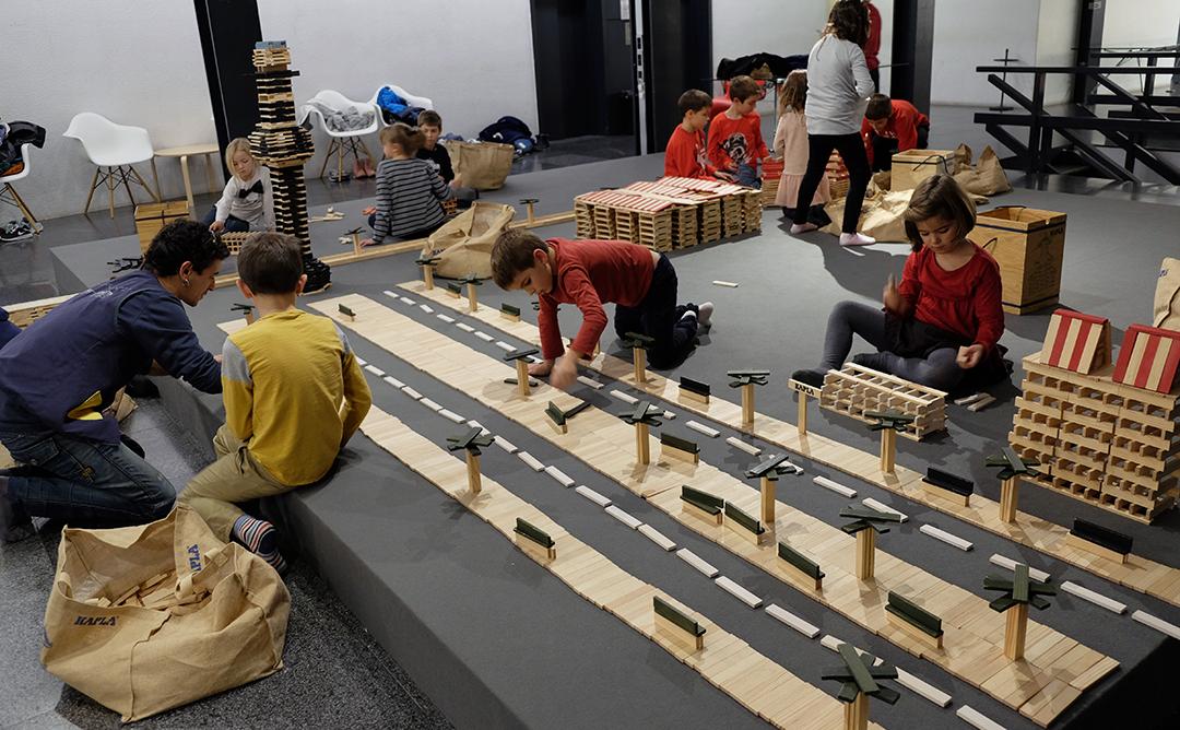Nens jugant amb una carretera de joguina.