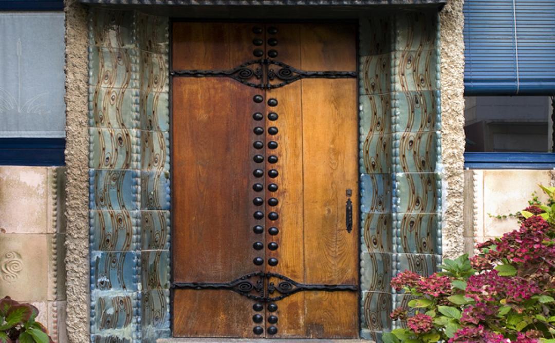 Porta de fosta antiga a casa de pedra.