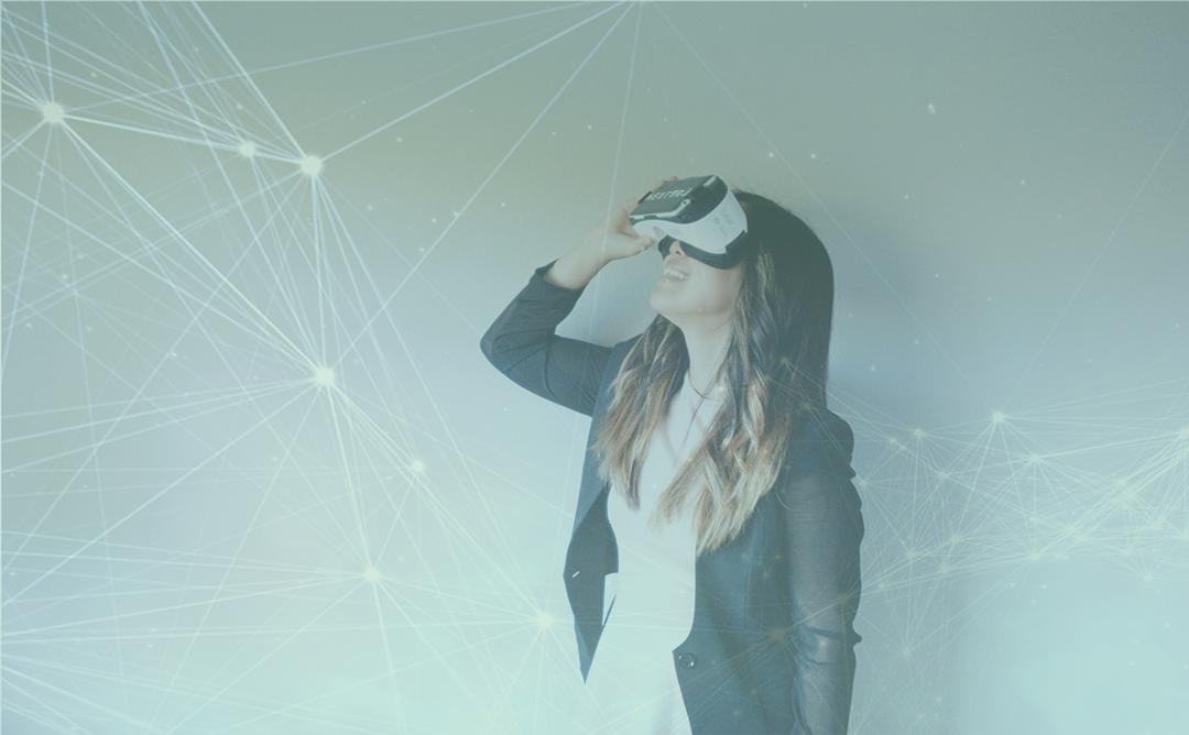 Noia amb ulleres de realitat virtual.