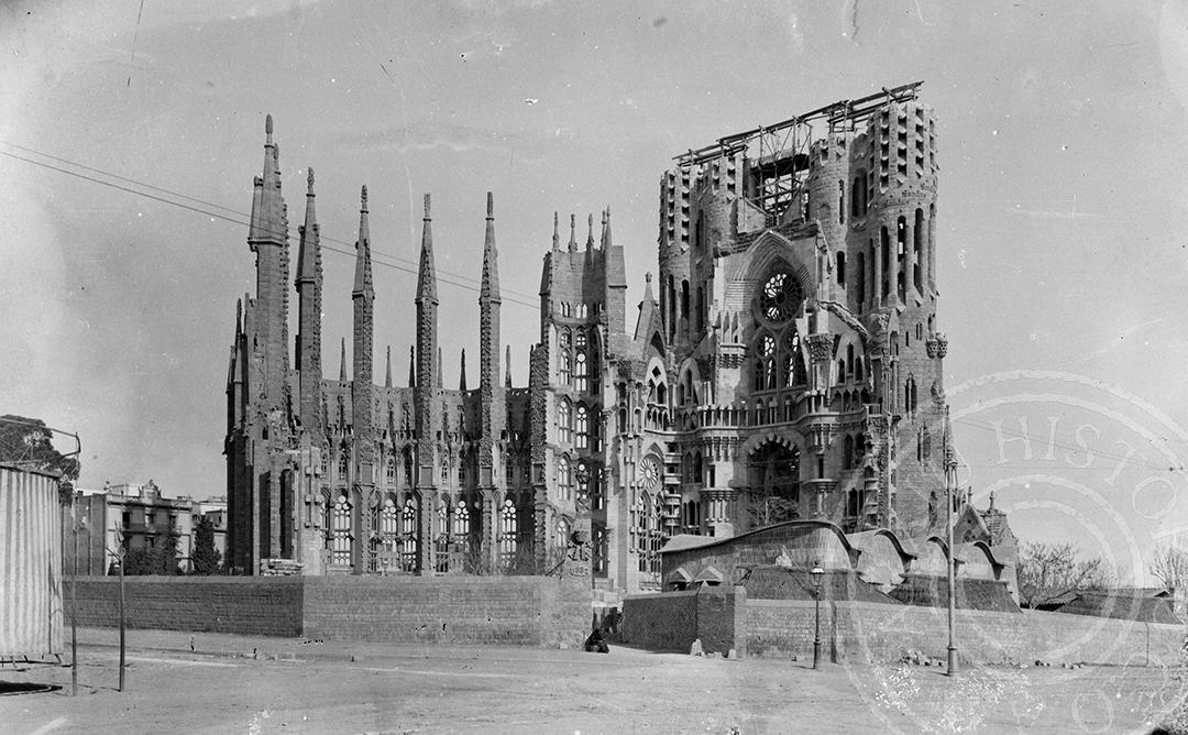 La sagrada familia, foto en blanc i negre en una etapa jove de la seva construcció.
