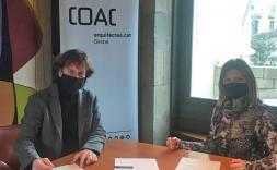 El presidente de la Demarcación de Girona y la Key Account manager de Compac en la sala de Juntas de la Demarcación de Girona del COAC