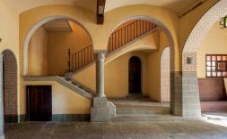 interior casa amb arcs.