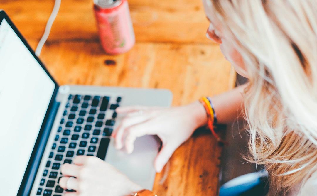 Una noia segueix una conferència online